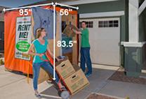 Un couple déchargeant un conteneurU-Box.